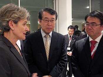 Madame Bokova conversant avec Monsieur Ohmura et l'Ambassadeur Monji