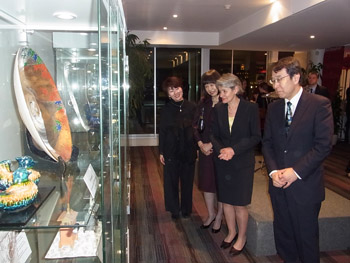 La Directrice-générale de l'UNESCO admirant la céramique Kiyomizu accompagnée de Son Excellence Monsieur Kenjiro Monji et de son épouse.