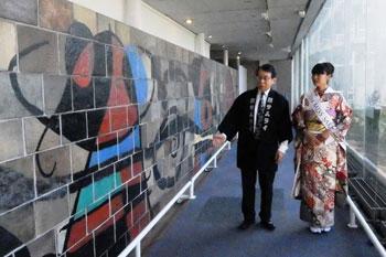 devant le mur de Joan Miró