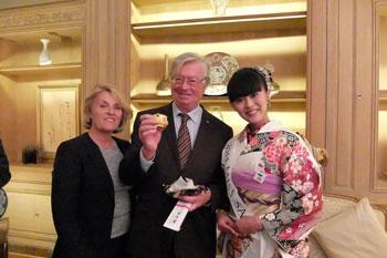 Monsieur Didier Quentin, ancien Président du Groupe d'Amitié France-Japon de l'Assemblée nationale et son épouse posent avec Miss Saké