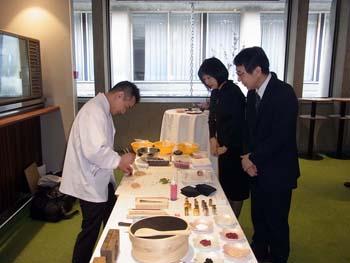 L'Ambassadeur Monji et son épouse assistent à une démonstration de la confection de gâteaux par un pâtissier japonais