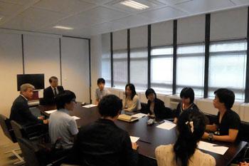 L'Ambassadeur Monji répondant aux questions des étudiants