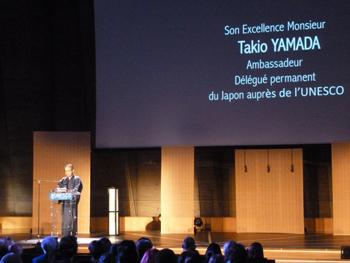 ショー冒頭でスピーチを行う山田大使