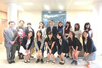 Les étudiantes et l'Ambassadeur Monji