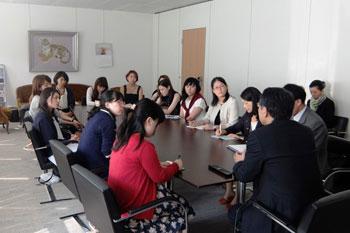 Les étudiantes écoutant l'intervention de l'Ambassadeur Monj