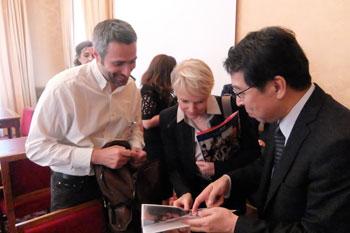Après le colloque, l'Ambassadeur Monji présente la culture populaire japonaise aux autres participants